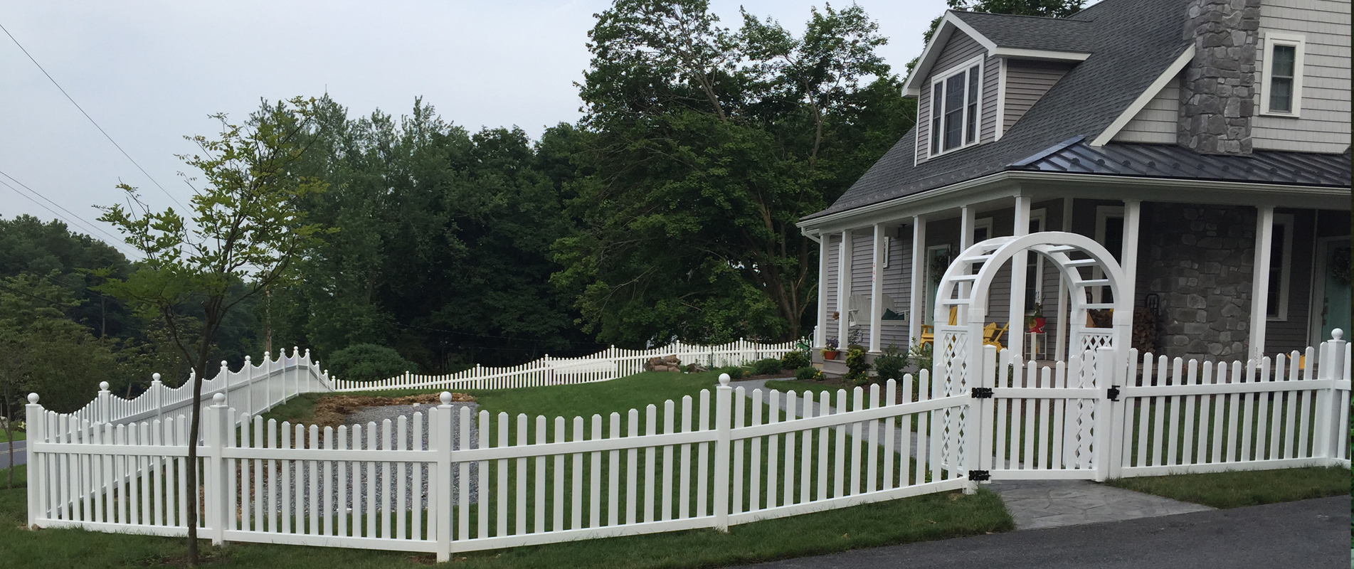 4h-white-vinyl-scalloped-picket-fence
